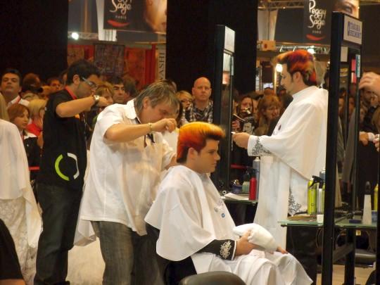 Cseh István keze alatt formálódik az új frizura (Fotó: Cseh István)