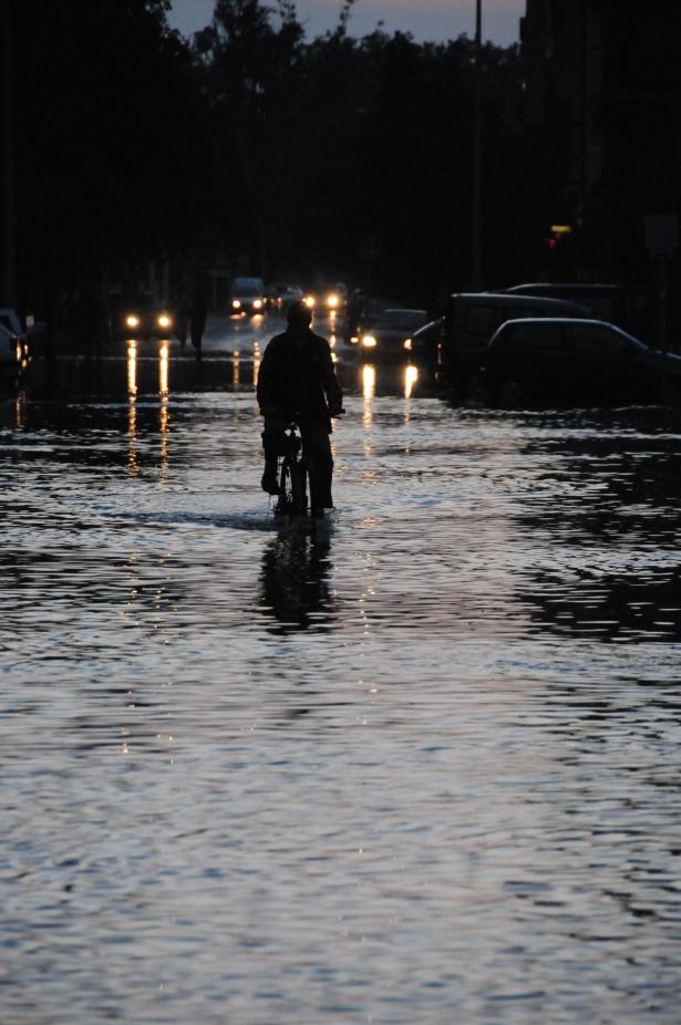 A pedált éri a víz a Kossuth utcán (Fotó: Melega Krisztián)