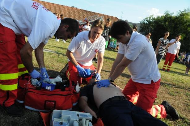 A mentősök bemutatták a gyors és szakszerű újraélesztés lépéseit (klikk a képre)