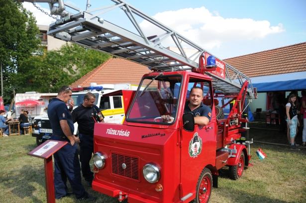 Benkő Antal százados és a retro tűzoltóautó - népszerű volt a járgány (klikk a képre) Fotók: Melega Krisztián