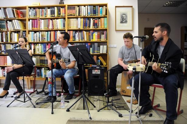 Körmöczi Zoltán (b2) a zenén keresztül összefogja az iskola diákjait és tanárait (Fotó: Kecskeméti Krisztina)
