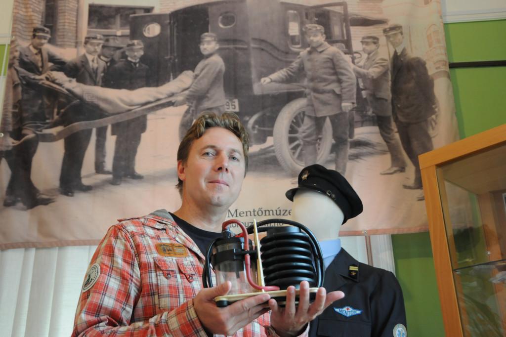 A mentés egykor eszközeit mutatja Kovács Tibor, kezében egy taposó-szívó a '70-es évekből (Fotó: Kecskeméti Krisztina)