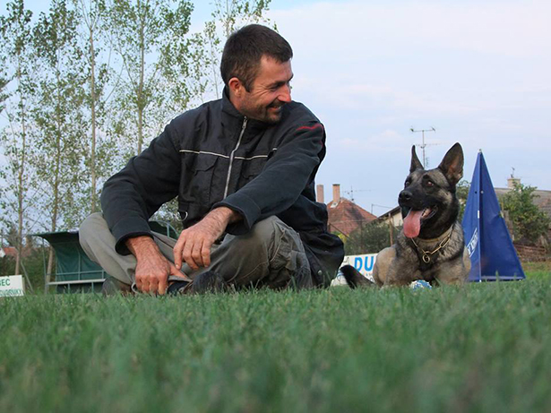 Szabolcs és kutyája, Ilcsi - Szabolcs 20 éve foglalkozik kutyákkal (Fotó: Réti Anita)