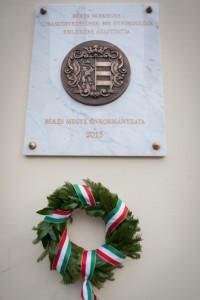 A Bánfi Gábor szobrász-restaurátor által készített emléktábla (Fotó: Zentai Péter/Békés Megyei Önkormányzat 2015 11 20)