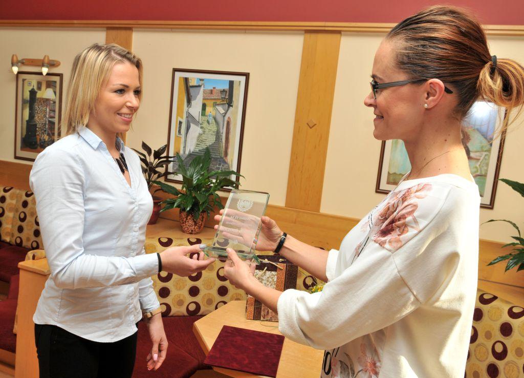 Böczögő Dorina az Orosházi Élet hetilap felelős szerkesztőjétől, Vági Katától vette át az Év embere díjat (Fotó: Rajki Judit)