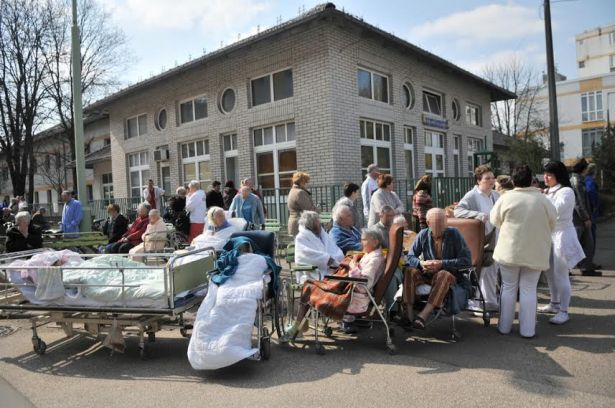 Betegek, ápolók, orvosok az utcán - értetlen, haragos, ijedt tekintetek mindenfelé (Fotó: Melega Krisztián)