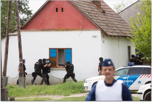 A TEK kommandósai megrohamozták az épületet (klikk a képre) Fotó: Melega Krisztián