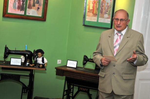 Az Emlékek a szabó szakmáról című kiállítás megnyitóján, a tárlat anyagát saját maga állította össze (Fotó: Melega Krisztián)