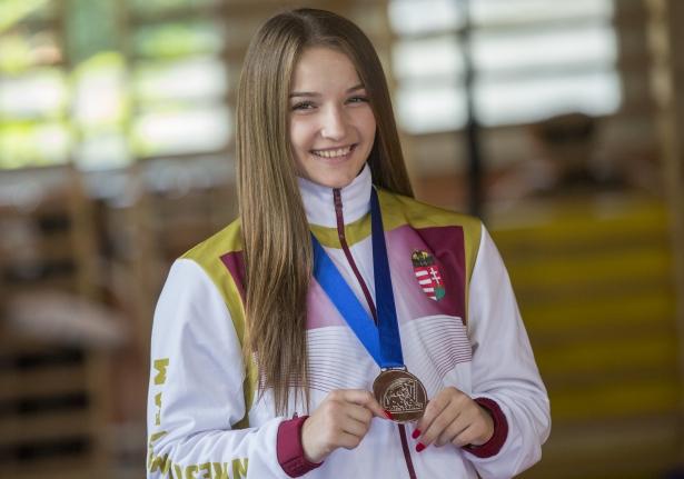 Anna az ezüstéremmel a nyakában - itthon már mosolyog (Fotó: Rosta Tibor)