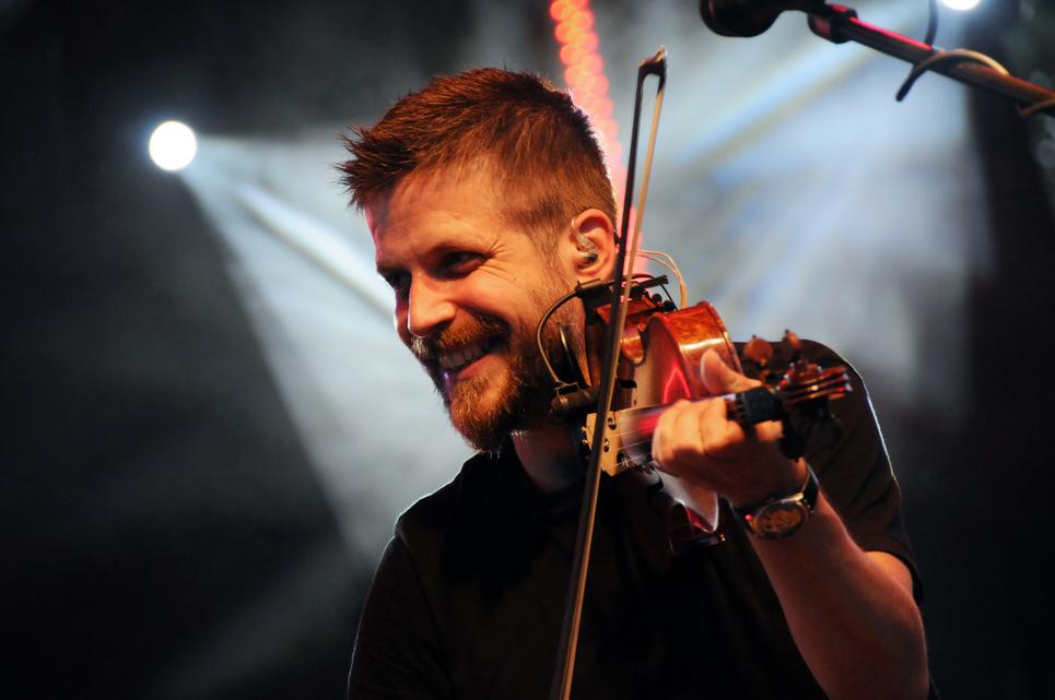 Szabó Balázs dalszerző-énekes, multiinstrumentalista zenész, bábszínész és mesemondó