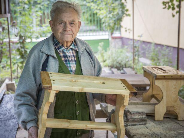 Dolgosan telnek nyugdíjas évei, mindennap dolgozik a műhelyében (Fotó: Rosta Tibor)