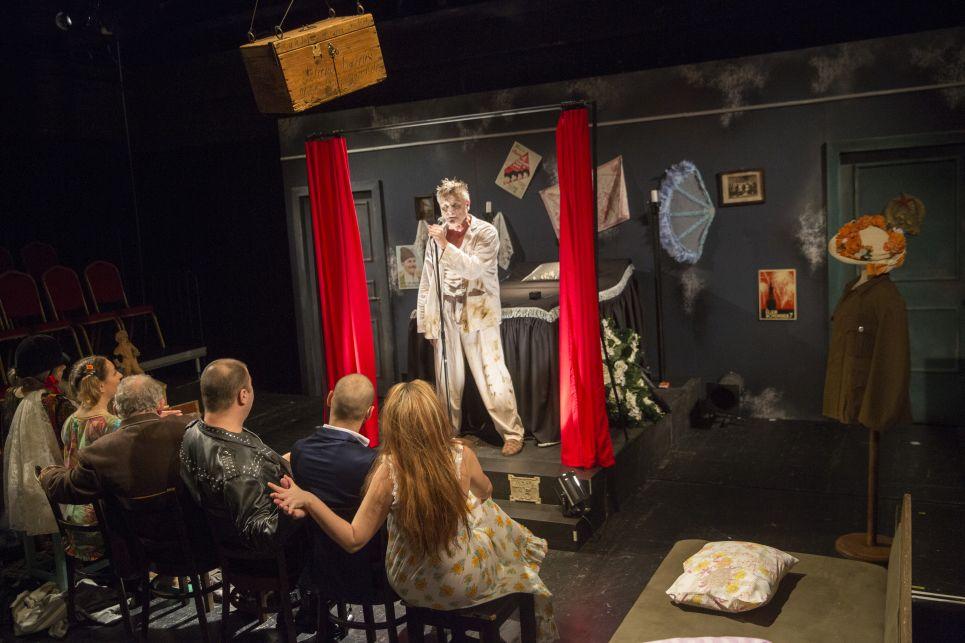 A darabot Csiszár Imre Jászai Mari-díjas, Érdemes- és Kiváló Művész rendezte.