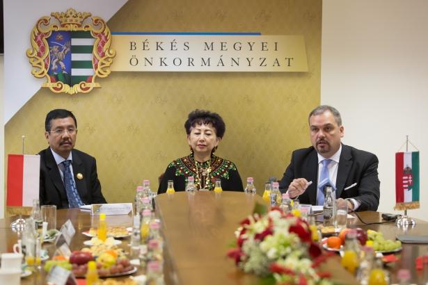 T. Erry Nuradi, M.Si., H.E. Mme. Wening Esthyprobo és Zalai Mihály (Fotó: Zentai Péter/Békés Megyei Önkormányzat)