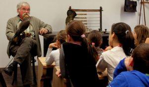 Rendszeresen jár az Eötvös iskolába, hogy a sólymokról meséljen a gyerekeknek (Fotó: Eötvös katolikus iskola)