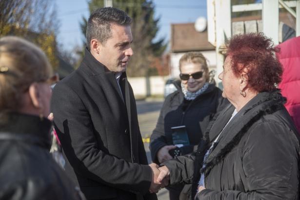 Vona Gábor érkezése a piactérre (Fotó: Rosta Tibor)