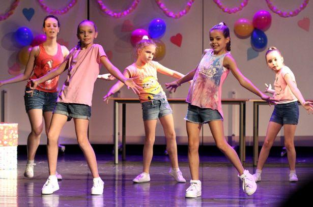 A vidám, felszabadult, játékos gyerekek, fiatalok a koreográfiákban fegyelmezett táncosokká váltak (Fotó: Rajki Judit)
