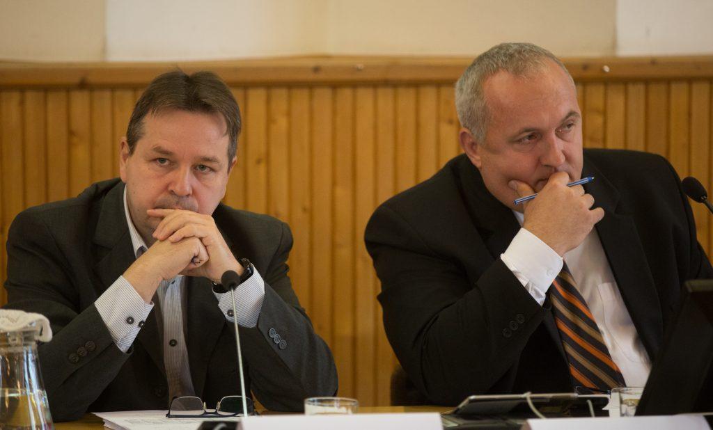 Bojtor István alpolgármester és Dávid Zoltán polgármester hallgatja az ellenzéki felszólalásokat (Fotó: Rosta Tibor)
