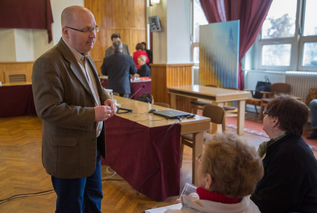 Füvesi Sándor a közmeghallgatásra érkezett lakosokkal vált szót még az ülés megkezdése előtt (Fotó: Rosta Tibor)