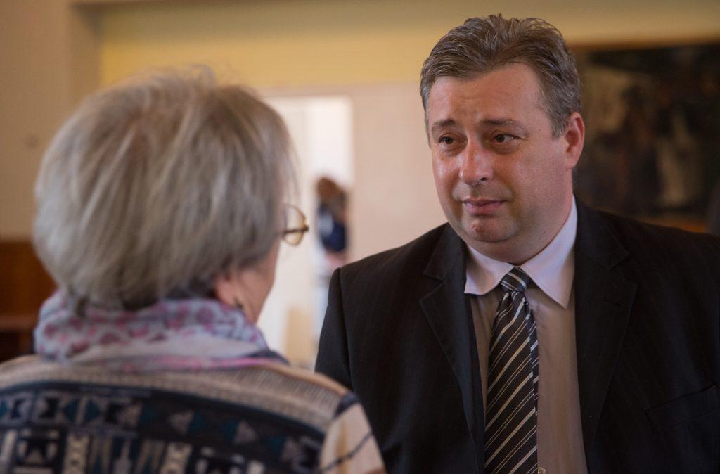 Lövei Ferenc (Fidesz) beszélget a közmeghallgatásra érkezett, szentetornyai Rucz Józsefnével (Fotó: Rosta Tibor)