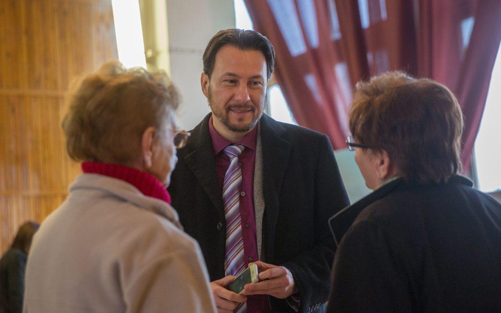 Dr. Szabó Ervin Jobbikos képviselő hallgatja meg a hozzá fordulókat még a kezdés előtt (Fotó: Rosta Tibor)