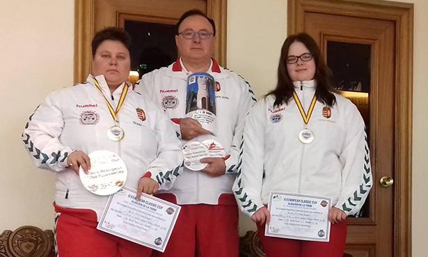 Szabó Ágnes (b) és Lovas Mónika (j) is aranyérmet szerzett, közöttük edzőjük Musztafa Imre (Fotó: Facebook/Toldi SE)