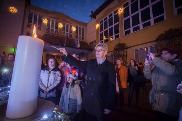 Benedek Szilvia lobbantotta lángra a harmadik gyertyát (klikk a képre) Fotó: Palotás Rajmund