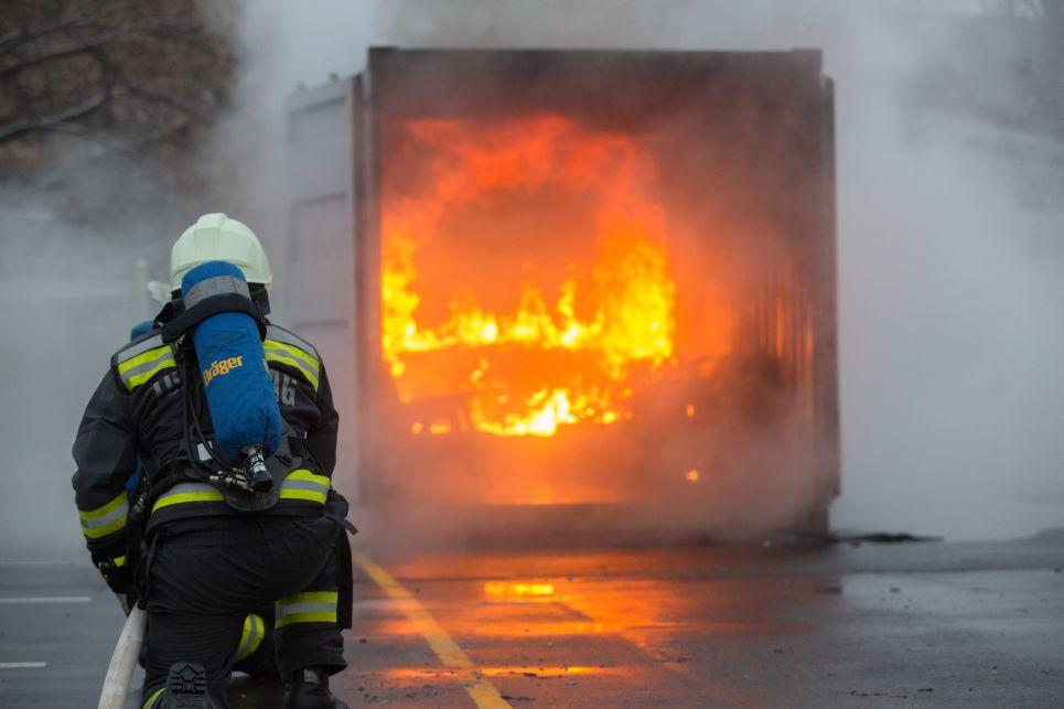 Ha kigyullad a lakás, ne habozzunk, azonnal hívjuk a tűzoltókat a 112-es segélyhívón vagy a 105-ös számon