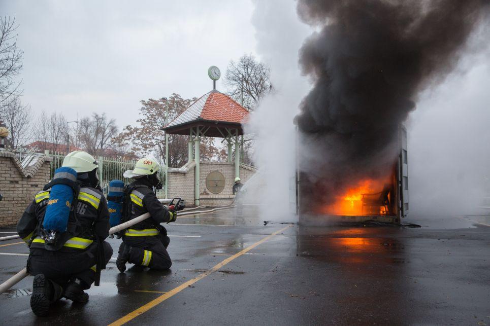 A tűzoltók guggolva közelítik meg a tüzet. Ha menekülni kell, mi is kúszva vagy guggolva tegyük, lent kisebb a hő és lehet még oxigén