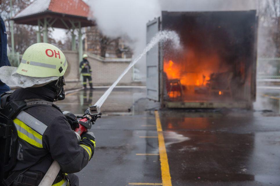 A tűzoltók előbb mindig a füstgázt hűtik vissza, hisz az forróbb, mint maga a tűz