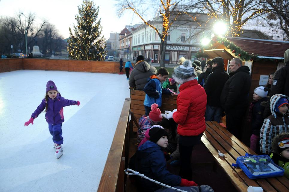 Az ünnepi pillanatok előtt a kisebbek a birtokba vették az ingyenes korcsolyapályát (Fotó: Kecskeméti Krisztina)