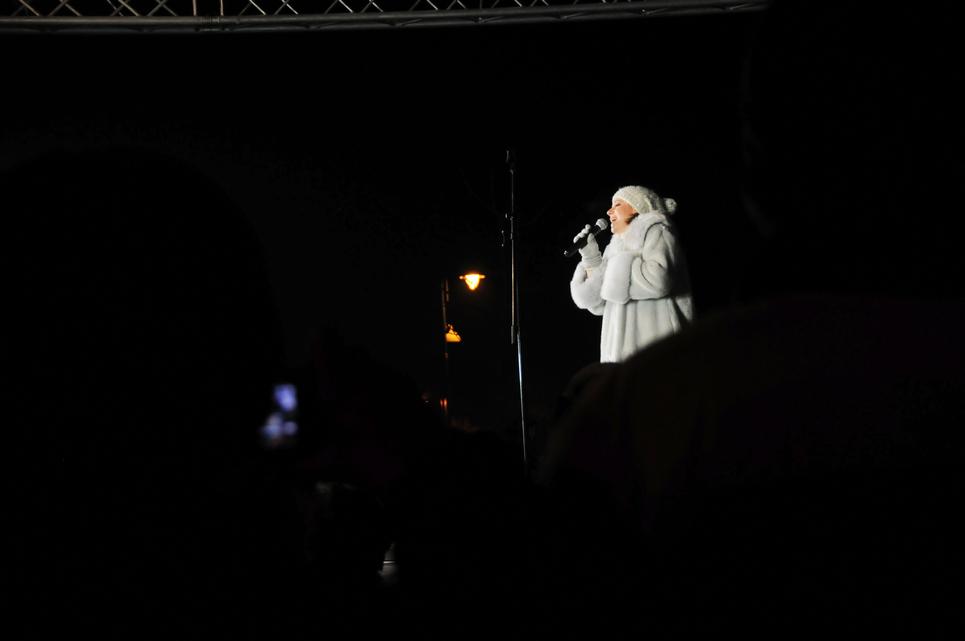 Szinetár Dóra bő félórás koncertet adott a második gyertyaláng meggyúlásának örömére (Fotó: Kecskeméti Krisztina)