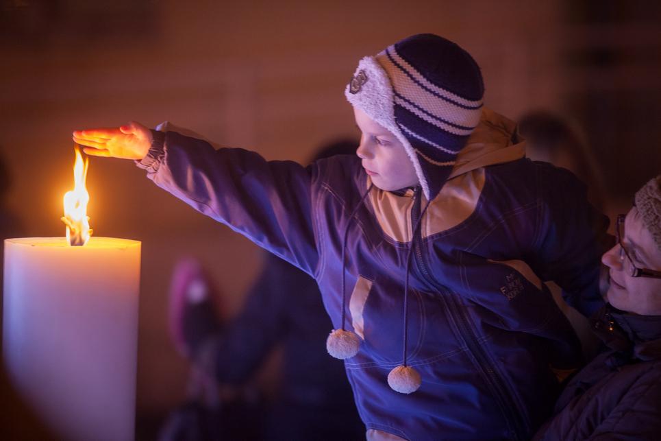 A szívek mellett a kezeket is melengette a harmadik gyertya lángja (Fotó: Palotás Rajmund)