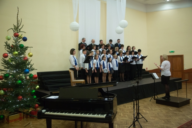 Gyerekek és felnőttek együtt az Eötvös katolikus iskola kórusában (klikk a képre) Fotó: Rosta Tibor