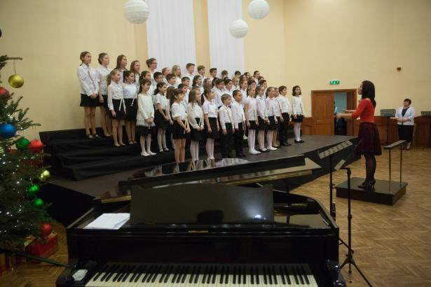 Színpadon a Kicsinyek Kórusa a Vörösmarty iskolából (klikk a képre) Fotó: Rosta Tibor