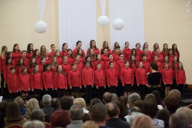 Pirosban, mosolyogva a református iskola kórusa (klikk a képre) Fotó: Rosta Tibor