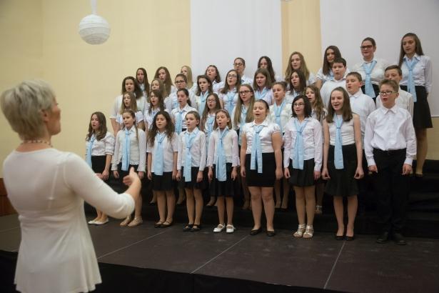 A Székács Kórus diákjai is elvarázsolták a közönséget (klikk a képre) Fotó: Rosta Tibor