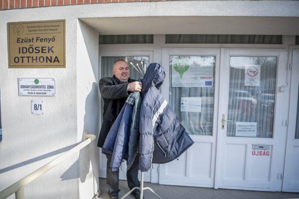 Akinek szüksége van meleg kabátra, vihet egyet (Fotó: Domján Róbert)