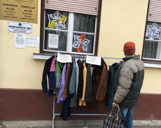 A Harmónia és Fordulat Klub előtt is fel-, illetve leakaszthatók kabátok (Fotó: klub)
