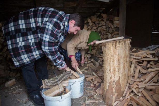 Kun László feladati közé tartozik sok esetben a favágás és a behordás is (Fotó: Rosta Tibor)