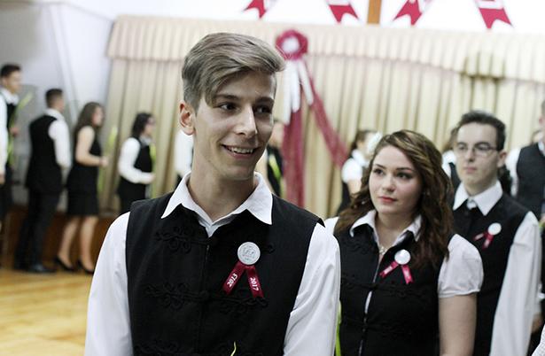 Két osztály végzős diákjai kapták meg a szalagot az evangélikus iskolában Fotók: Rajki Judit