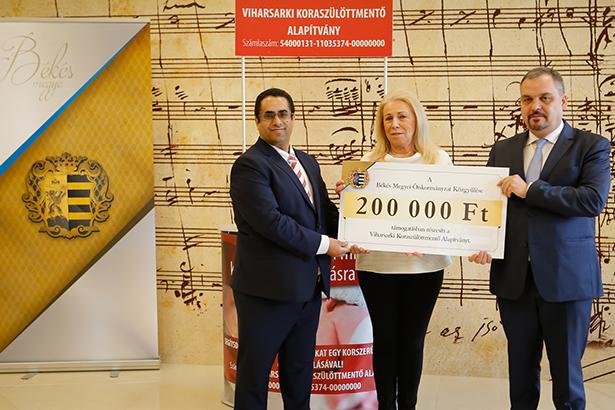 Zalai Mihály (j) adta át a megyei közgyűlés adományt, ezzel még közelebb hozva a célt (Fotó: Zentai Péter)