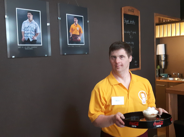 Az önkéntes kávéházi felszolgálás nagy lehetőség Sanyinak (Fotó: Vadvirág Esély Klub)