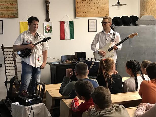 Körmöczi tanár úr (b) zenélt is, szavalt is április 11-én (Fotó: iskola)