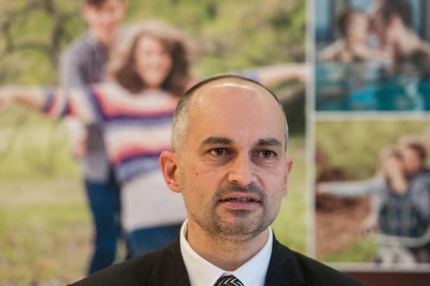 Itt pedig egy sajtótájékoztatón, mint hálózatirányítási elnökhelyettes (Fotó: kormany.hu)