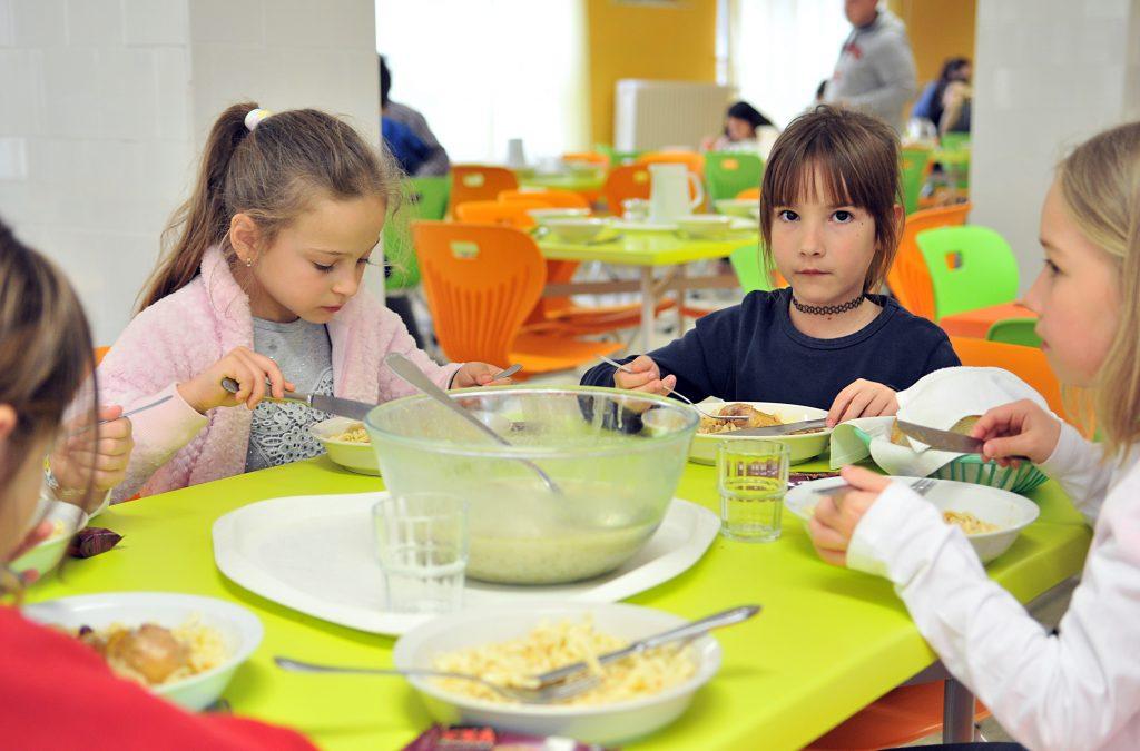 Az ebédlő szinte életre kelt a színes bútoroktól (Fotó: Rajki Judit)