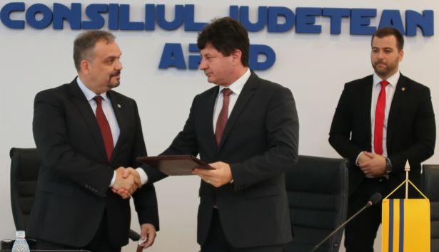 Iustin Cionca, az Arad Megyei Tanács elnöke, és Zalai Mihály, a Békés Megyei Önkormányzat elnöke a szándéknyilatkozat aláírását követően (Forrás: Békés Megyei Önkormányzat)