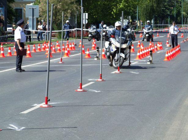 Többek között szlalompályán kellett helytállniuk az indulóknak (Fotó: police.hu)