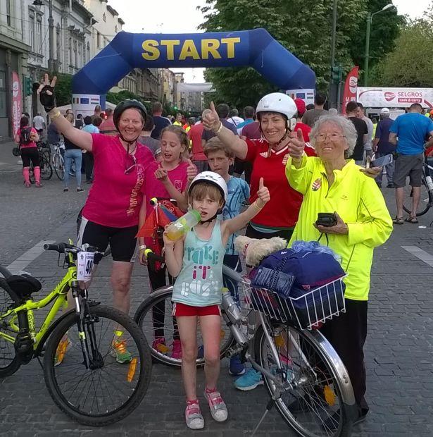 A büszke bajnokok: balról Márta Tünde (42), Bor Bernadett és ikertestvére, Benjamin (10); édesanyjuk, Stafkovicsné Márta Andrea (48), a nagymama, Márta Györgyné Gizike (77) és legelöl Stefkovics Anett (7) (Fotó: Márta Tünde)