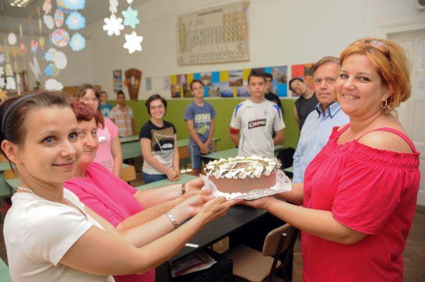 A rákóczitelepi iskolában is nagyon örültek a tortának (Fotó: Kecskeméti Krisztina)