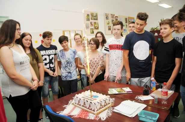 Édes nyeremény - örült az osztály a 30 szeletes tortának (Fotó: Kecskeméti Krisztina)